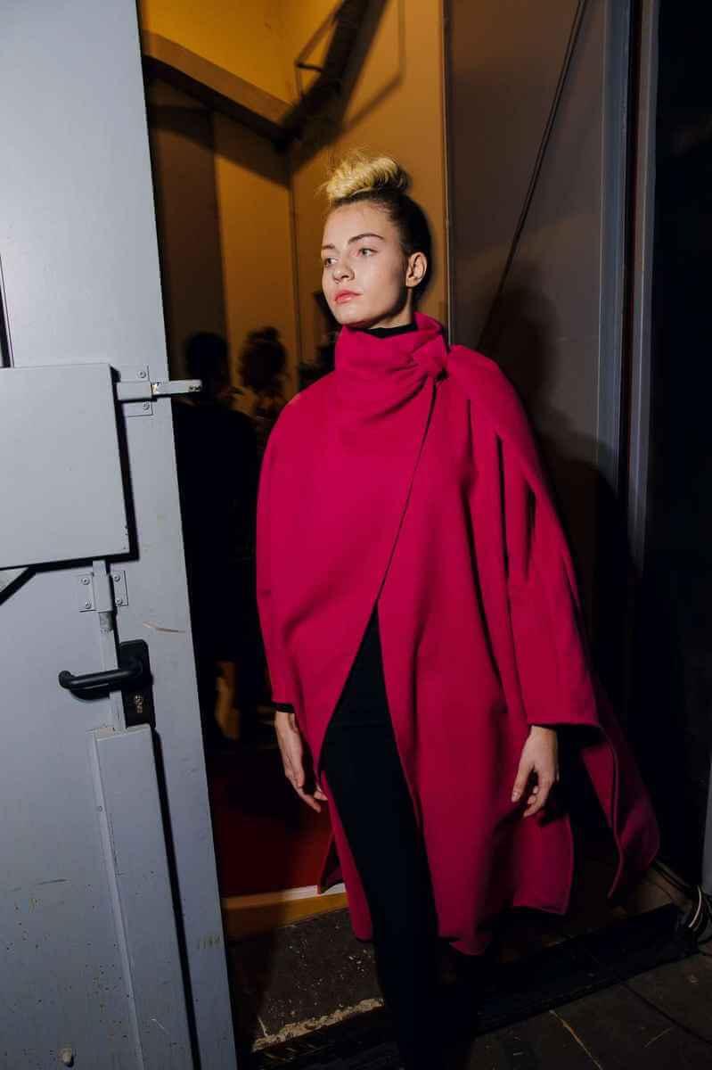 Model nosi PRiK roza pončo backstage na Ljubljana Fashion Week-u 2018