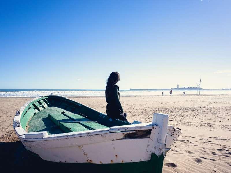 Mali brod na glavnoj plaži u Valenciji