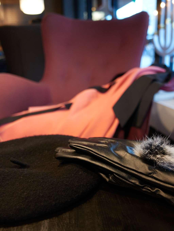Roza pelerina i rukavice
